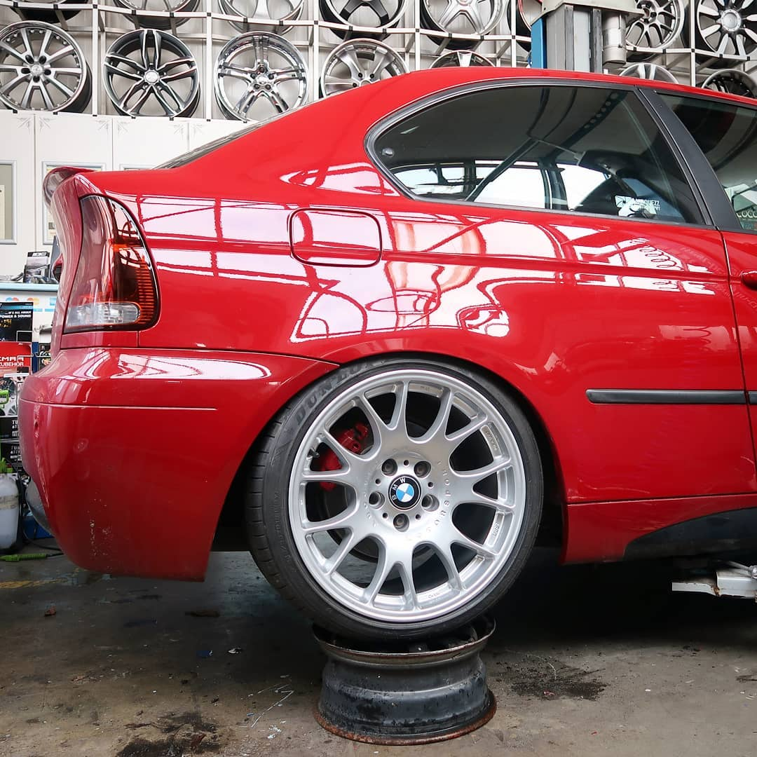 So here we go with some fresh rolled fenders and a fitment check. Now there is enough room for this beautiful set of BBS wheels (18by10inch) plus a 5mm spacer, we added later. This 3series BMW Compact got some nice stance