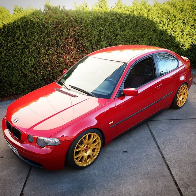 """I rolled some fenders to give a set of 18x10inch wheels enough room on the rear of a BMW E46 Compact. The owner decided to go """"red and gold"""" – and this looks very well on four wheels, too"""